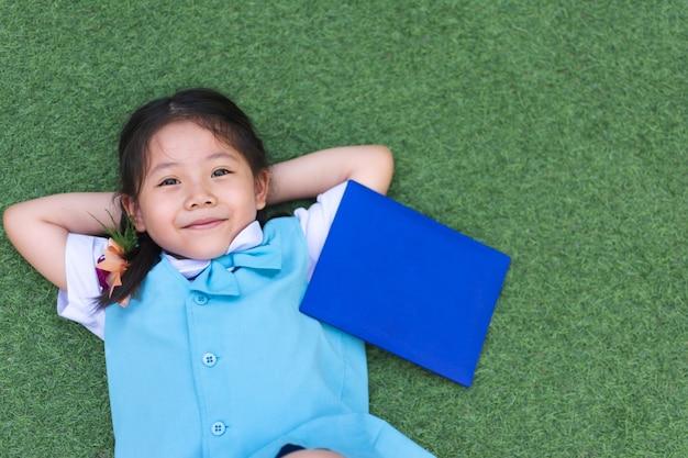 Schattige kleine aziatische meisjesglimlach.