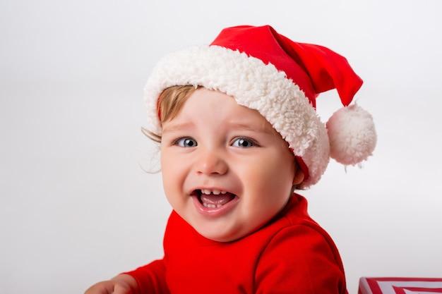 Schattige kleine baby in een kerstman kostuum