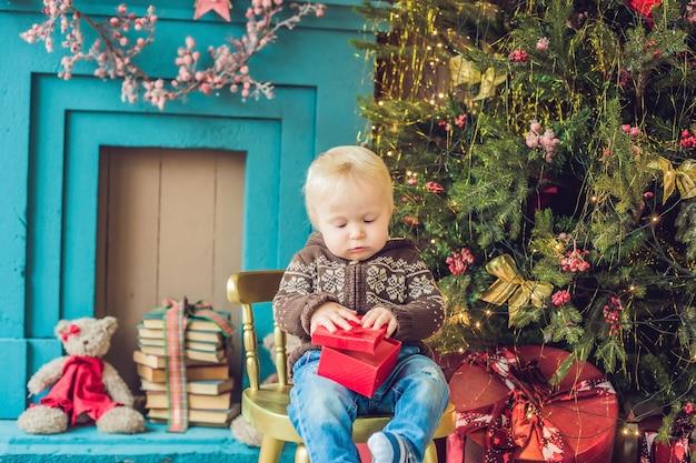 Schattige kleine baby met zijn kerstcadeautje thuis