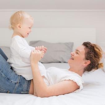 Schattige kleine baby spelen met moeder