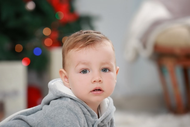 Schattige kleine baby thuis. kerst concept