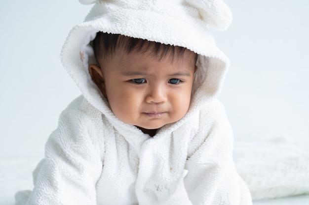 Schattige kleine babyjongen constipatie