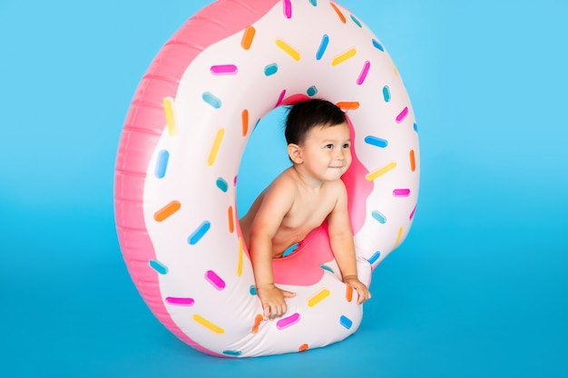 Schattige kleine babyjongen in opgeblazen rubberen ring