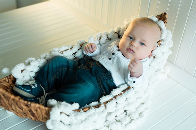Schattige kleine babyjongen in zijn wieg