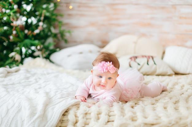 Schattige kleine babymeisje in bed