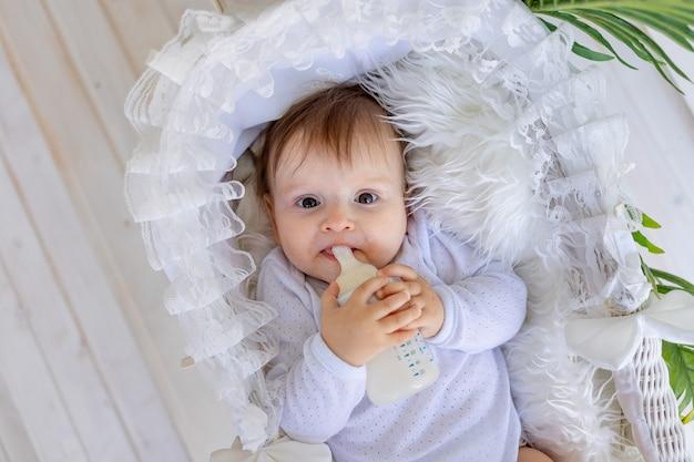 Schattige kleine babymeisje, zittend in een mooie wandelwagen