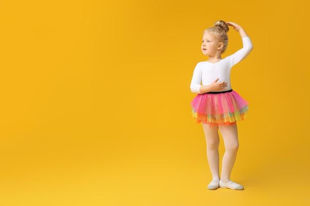 Schattige kleine ballerina kijken naar kopie ruimte
