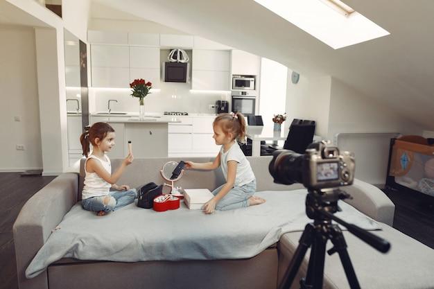 Schattige kleine blogger met cosmetica video opnemen thuis