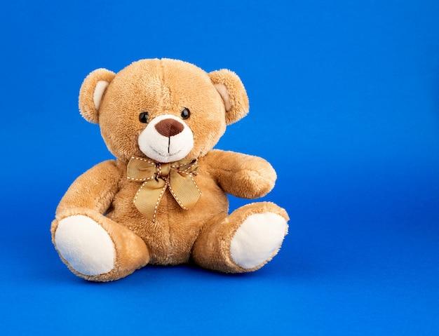 Schattige kleine bruine teddybeer, kopie ruimte