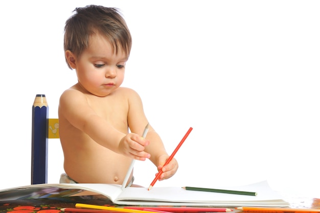 Schattige kleine eenjarig meisje speelt met kleurrijke potloden. kind ontwikkelen van spellen. mooie peuter trekt op witte geïsoleerde achtergrond
