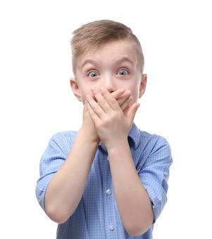 Schattige kleine jongen die mond bedekt met handen,