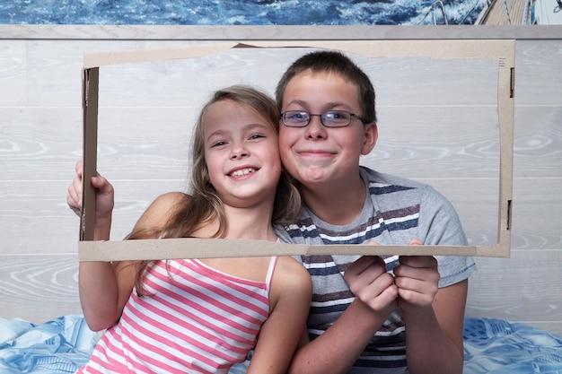 Schattige kleine jongen en meisje poseren samen