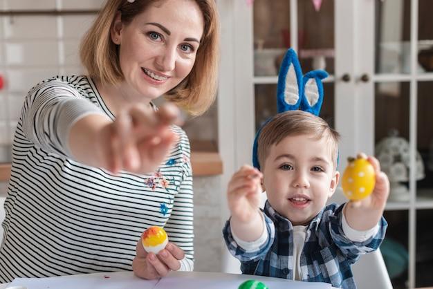 Schattige kleine jongen en moeder poseren