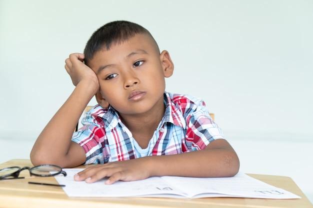 Schattige kleine jongen geen huiswerk