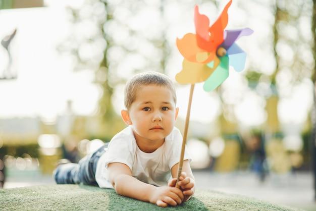 Schattige kleine jongen heeft plezier op een speelplaats