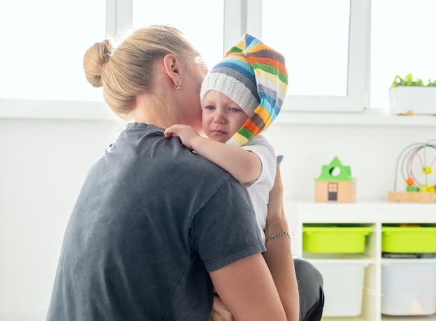 Schattige kleine jongen huilen knuffel zijn moeder.