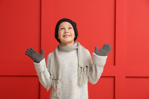 Schattige kleine jongen in winterkleren op kleur