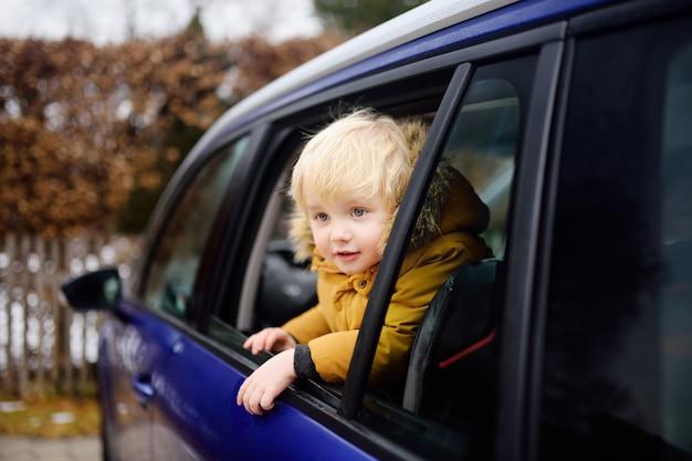 Schattige kleine jongen klaar voor een roadtrip of reizen