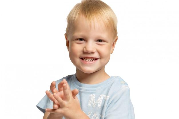 Schattige kleine jongen lachen