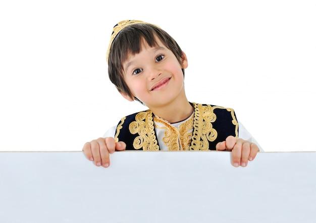 Schattige kleine jongen met banner voor uw tekst