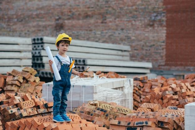 Schattige kleine jongen met een architectenkostuum