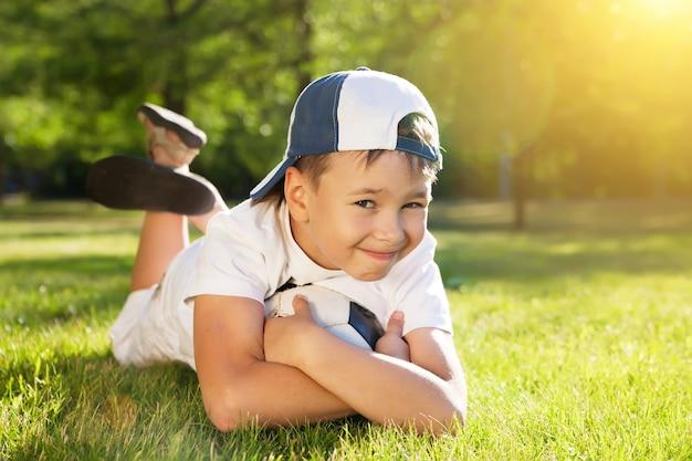 Schattige kleine jongen met een bal in een prachtig park