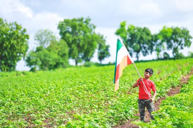 Schattige kleine jongen met indiase nationale tricolor vlag