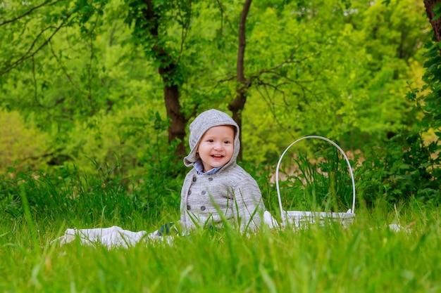 Schattige kleine jongen met paardebloemen jongen gespeeld op het gazon