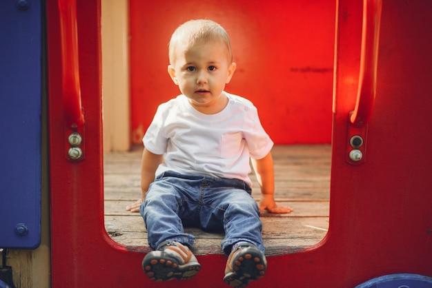 Schattige kleine jongen plezier op een speelplaats