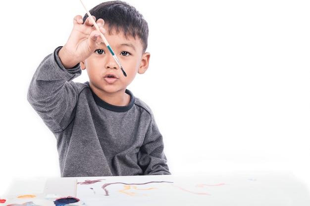 Schattige kleine jongen schilderij op wit papier