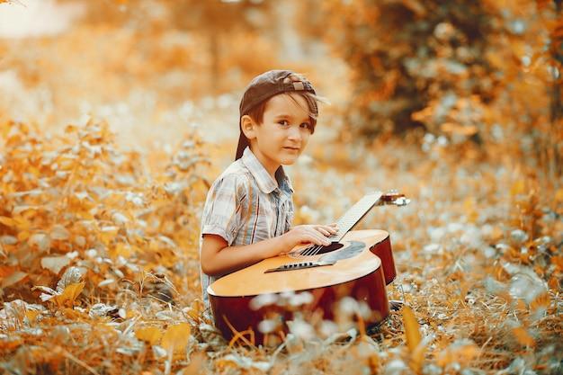 Schattige kleine jongen spelen in een park