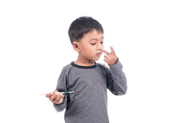 Schattige kleine jongen spelen schilderij op de neus