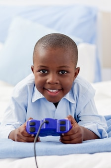 Schattige kleine jongen videogame spelen