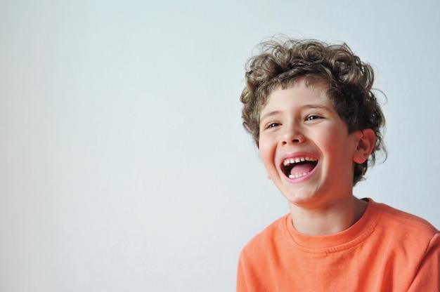 Schattige kleine jongen vrolijk lacht