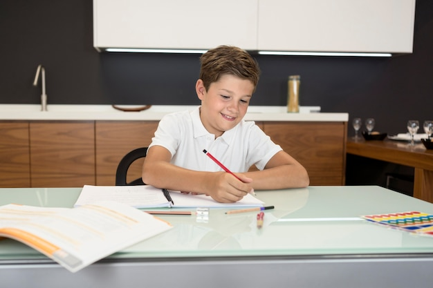 Schattige kleine jongen zijn huiswerk