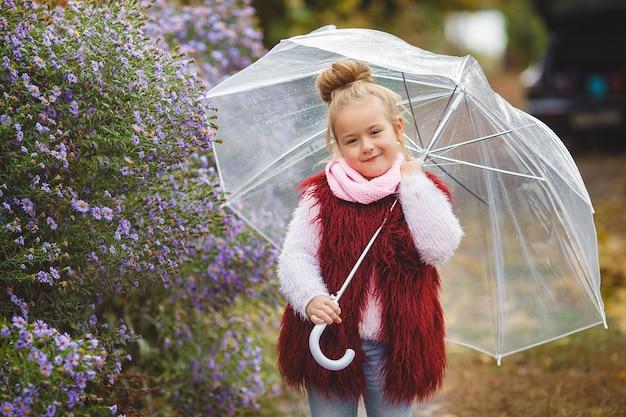 Schattige kleine kind in de herfst tijd. aanbiddelijk meisje in de herfst