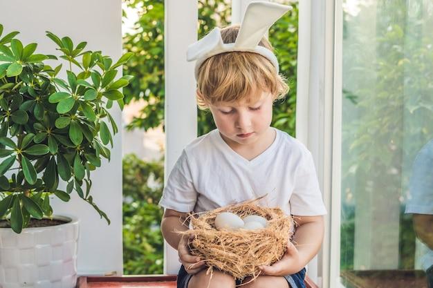 Schattige kleine kind jongen konijn oren dragen op paasdag