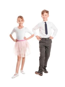 Schattige kleine kinderen dansen tegen een witte ondergrond