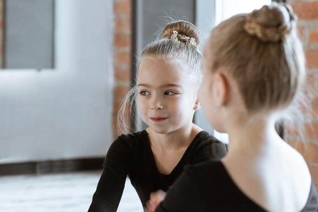 Schattige kleine kinderen dansers op dansstudio