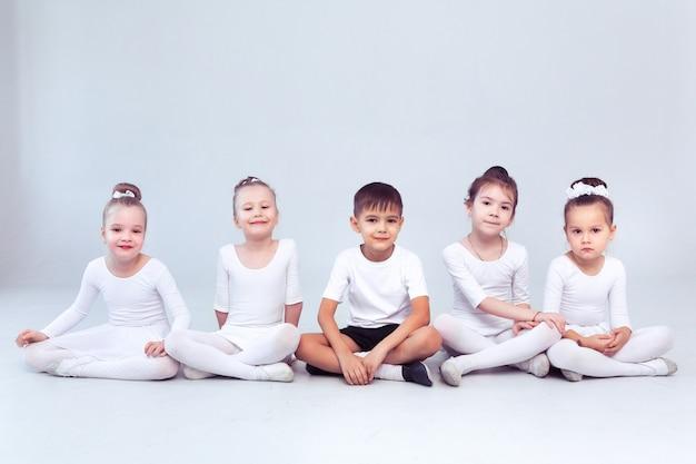 Schattige kleine kinderen dansers op witte achtergrond gechoreografeerde dans