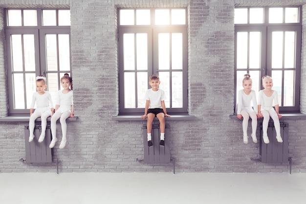 Schattige kleine kinderen dansers op witte achtergrond
