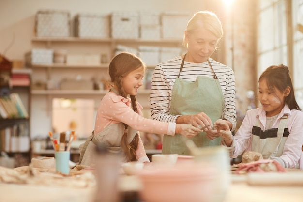 Schattige kleine kinderen in de pottenbakkerij