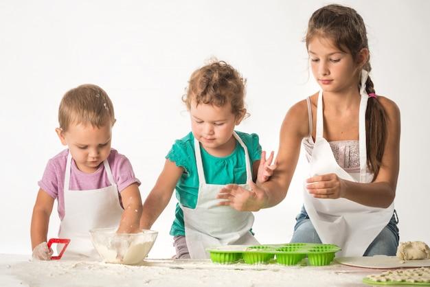 Schattige kleine kinderen in een koks pak