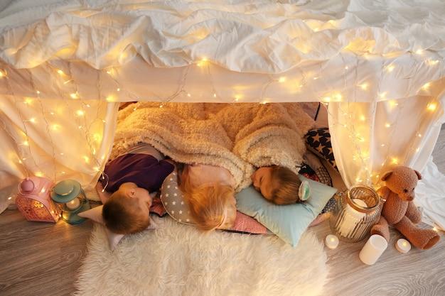 Schattige kleine kinderen slapen in krot thuis