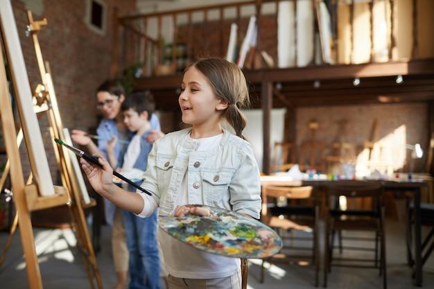 Schattige kleine kunstenaar schilderij
