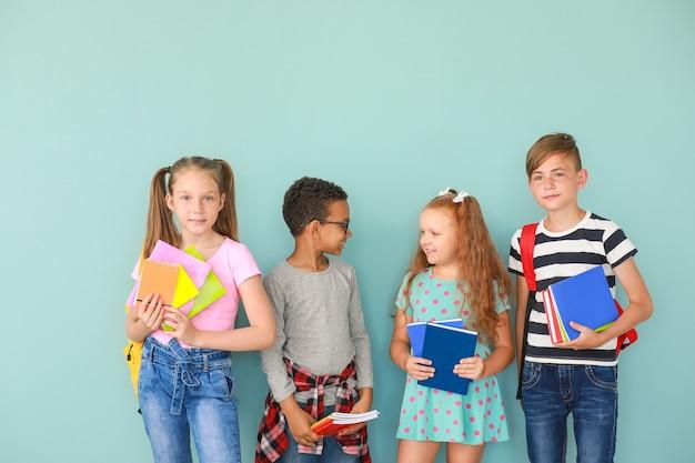 Schattige kleine leerlingen op kleur