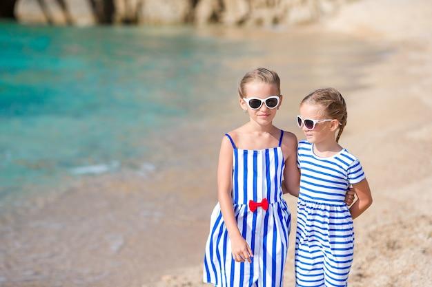 Schattige kleine meisjes op zomervakantie in europa
