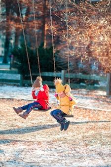 Schattige kleine meisjes plezier in central park in new york city