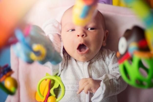 Schattige kleine pasgeboren baby