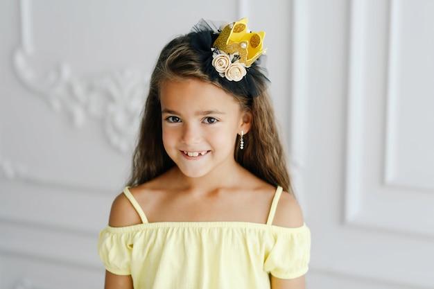 Schattige kleine prinses in handgemaakte kroon